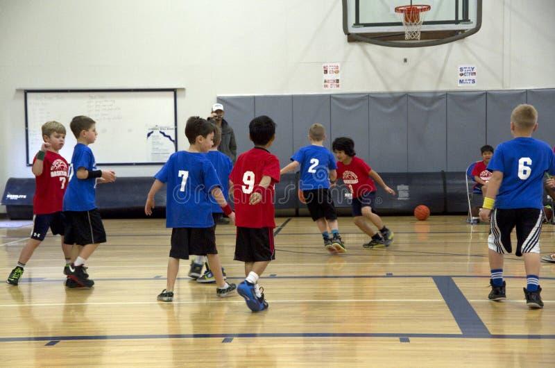 Kinder, die Basketballspiel spielen stockbild