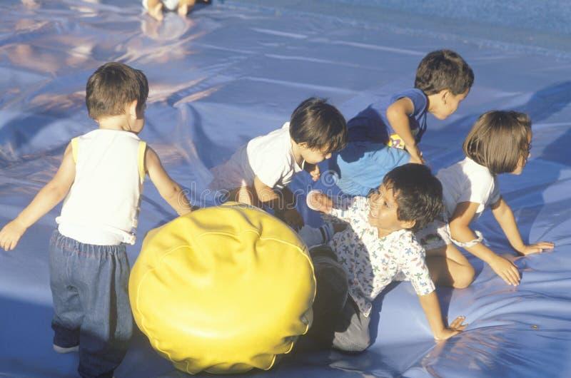 Kinder, die bei Seaworld spielen lizenzfreies stockfoto