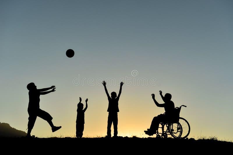 Kinder, die bei Sonnenuntergang spielen stockbild