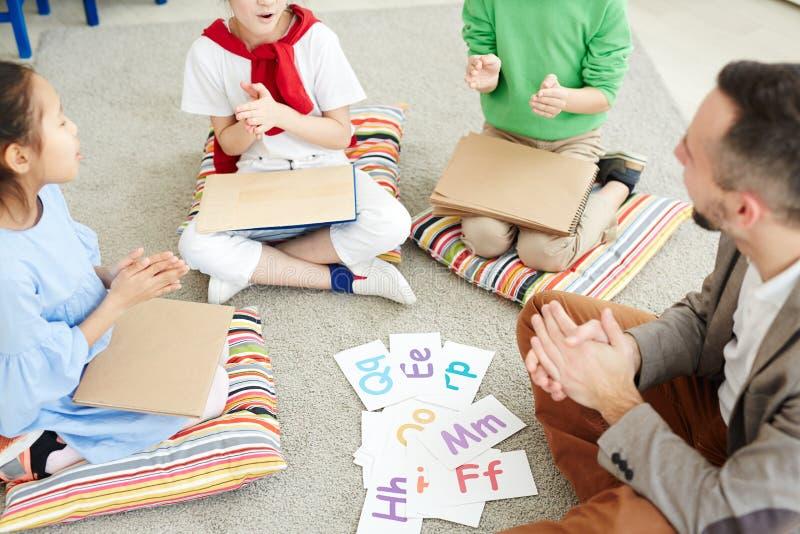 kinder die buchstaben in der schule lernen stockbild