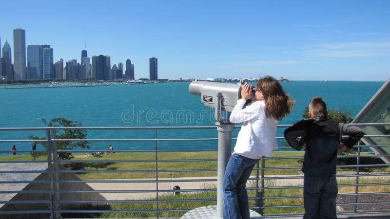 Kinder, die Chicago-Skyline ansehen stockfotos