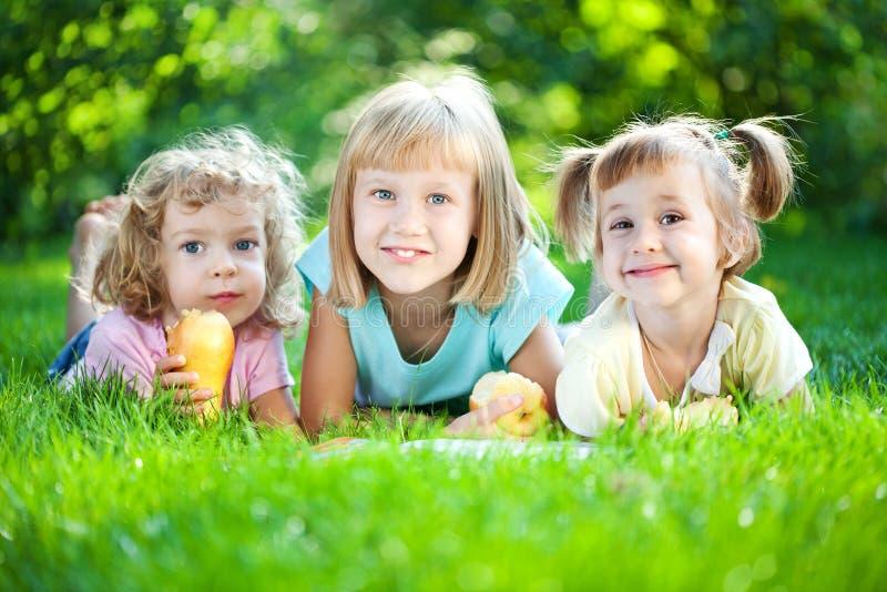 Kinder, die das Buch lesen lizenzfreie stockbilder