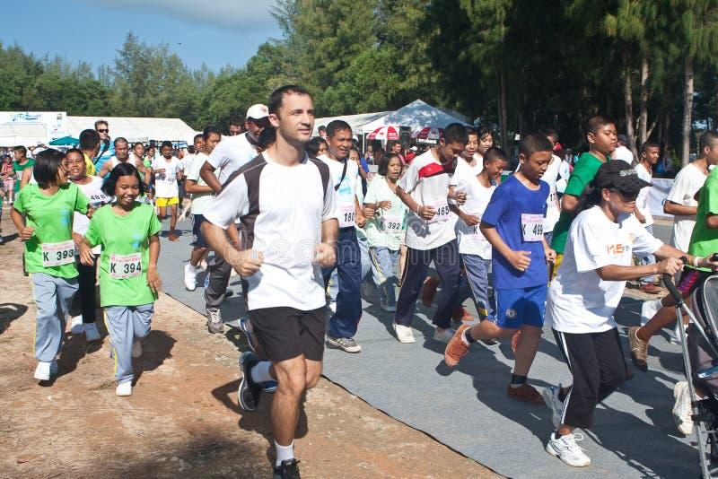 Kinder, die das Marathon beginnen lizenzfreies stockfoto