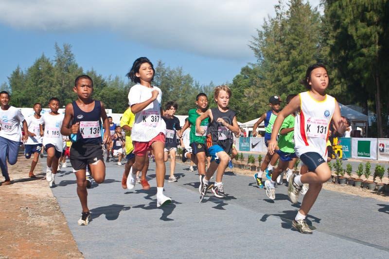 Kinder, die das Marathon beginnen lizenzfreie stockbilder