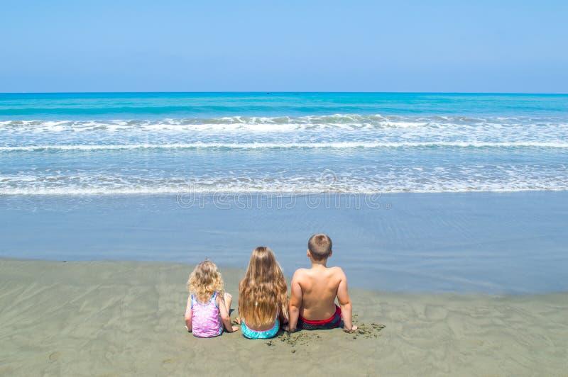 Kinder, die das Meer betrachten stockbild