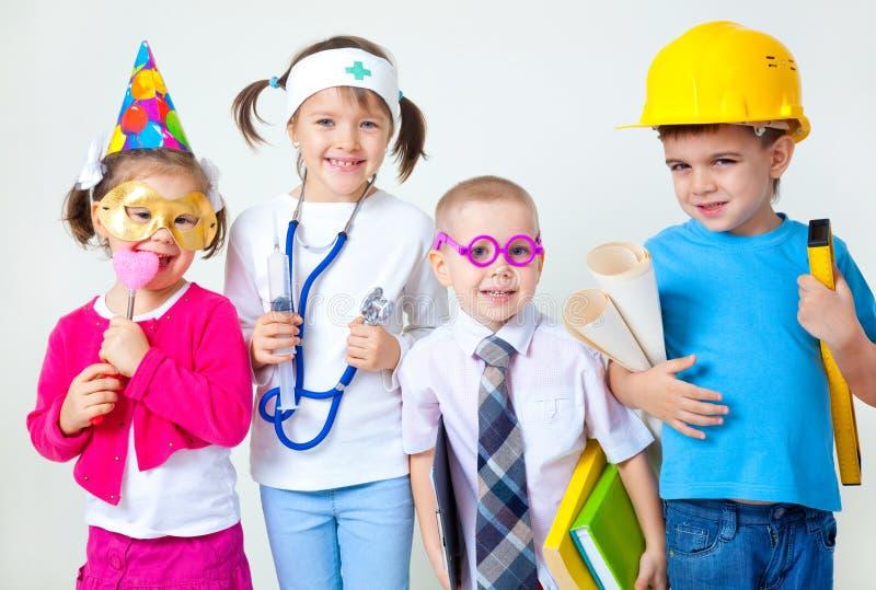 Kinder, die in den Berufen spielen lizenzfreie stockfotos
