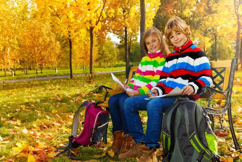 Kinder, die in den Park zeichnen stockfoto