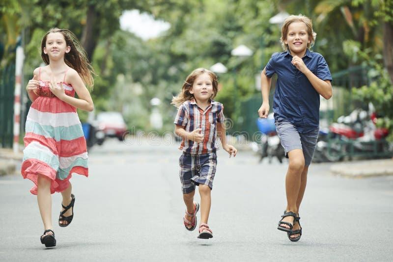 Kinder, die in der Geschwindigkeit konkurrieren stockbilder