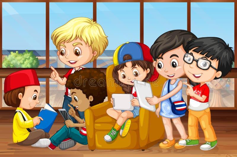 Kinder, die in der Gruppe lesen und arbeiten stock abbildung