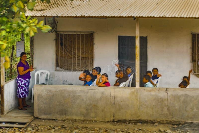 Kinder, die an der ländlichen Schule Guten Tag sagen lizenzfreie stockfotografie