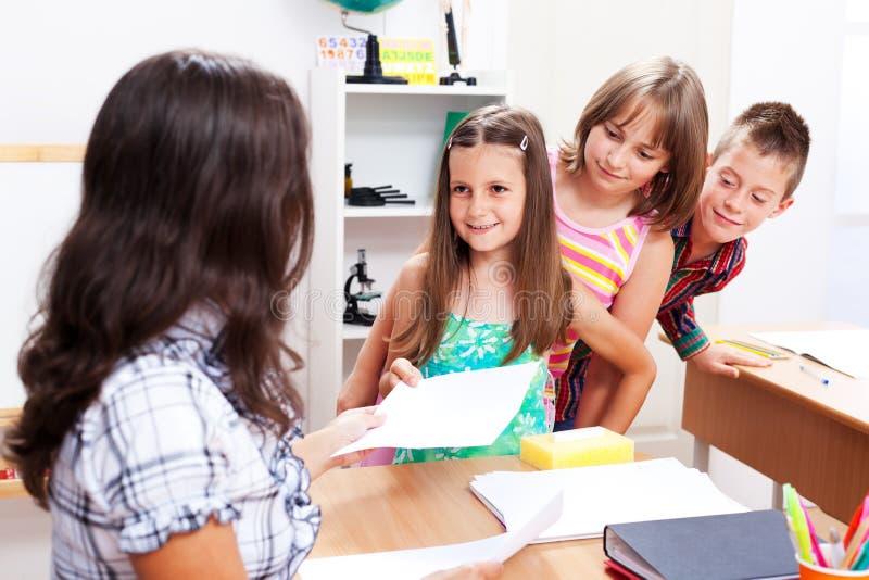Kinder, die in der Reihe stehen lizenzfreie stockfotos