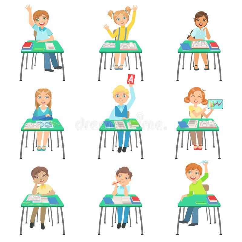 Kinder, die in der Schule Schreibtische in der Klasse sitzen stock abbildung