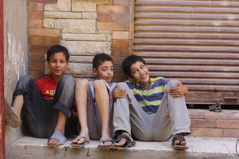 Jungen auf Straßen von Giseh lizenzfreie stockfotografie