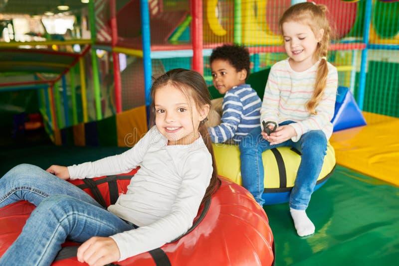 Kinder, die Dias genießen lizenzfreies stockfoto