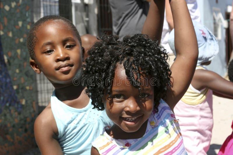 Kinder, die in die Straße, Südafrika tanzen stockbild