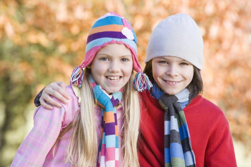 Kinder, die draußen in der Herbstlandschaft spielen stockfoto