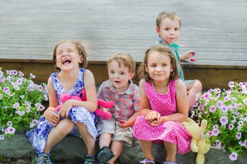 Kinder, die draußen Ostern-Süßigkeit essen stockfoto