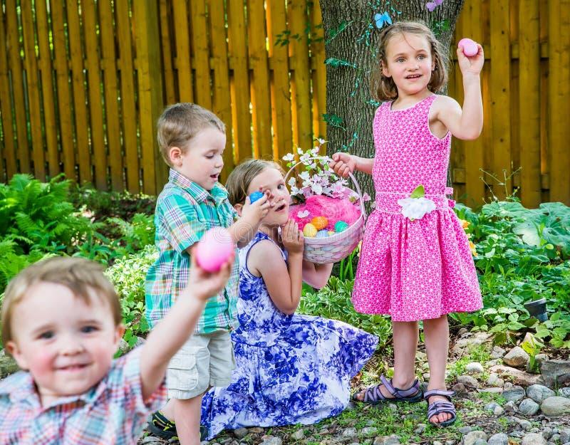 Kinder, die Eier auf einer Osterei-Jagd finden stockfoto