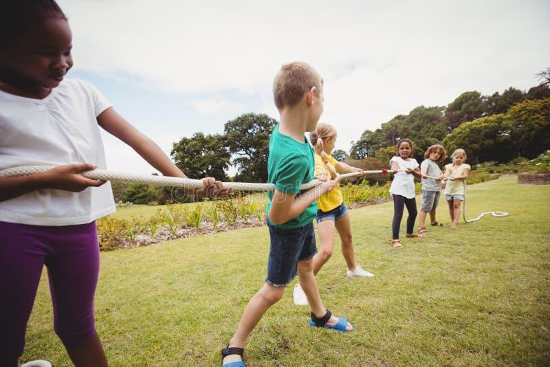 Kinder, die ein Einfangenstauziehen ziehen stockfoto