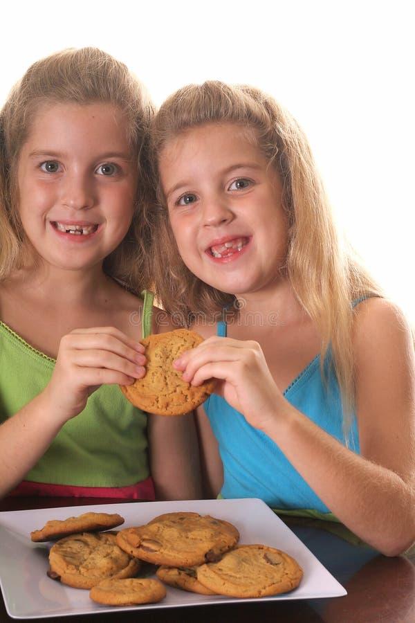 Kinder, die ein Plätzchen teilen lizenzfreies stockbild