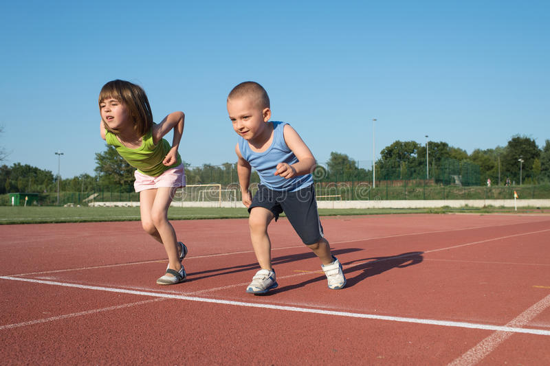 Kinder, die ein Rennen in der Wildnis laufen lassen stockbilder