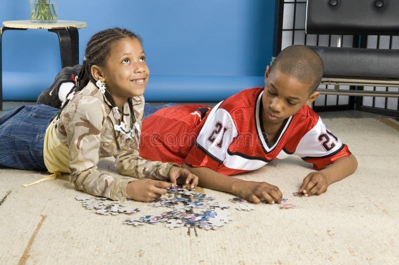 Kinder, die eine Spannvorrichtungssäge tun lizenzfreies stockfoto