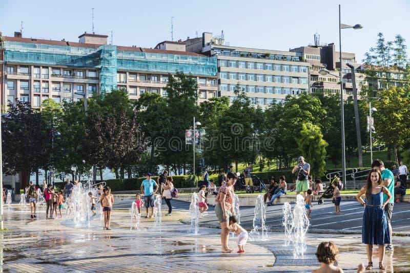 Kinder, die in einem Park in Bilbao, Spanien baden lizenzfreie stockbilder