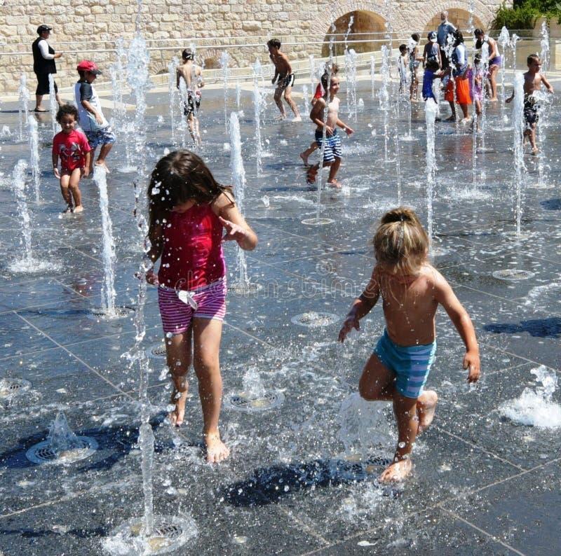 Kinder, die in einem tanzenden Brunnen in Teddy Park, Jerusalem, Israel spielen stockfotografie