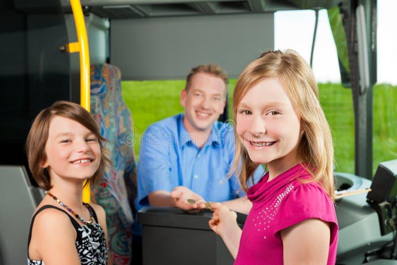Kinder, die einen Bus einsteigen stockfotos