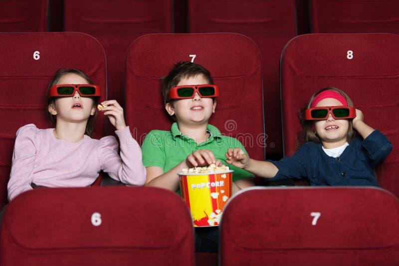 Kinder, die einen Film überwachen lizenzfreies stockfoto