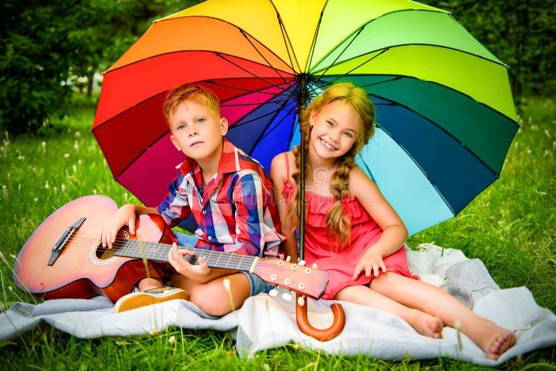 Kinder, die einen Rest haben stockfotos