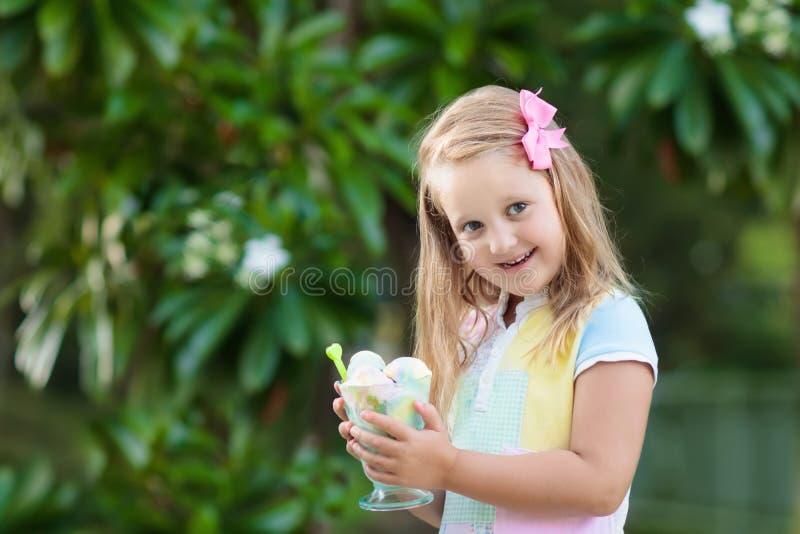 Kinder, die Eiscreme essen Kind mit Fruchtnachtisch lizenzfreie stockbilder