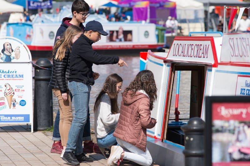 Kinder, die Eiscreme während der Minihitzewelle kaufen lizenzfreies stockfoto