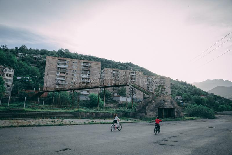 Kinder, die Fahrrad im Park einer Vorstadtstadt fahren lizenzfreie stockbilder
