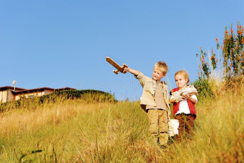 Kinder, die Forscher spielen lizenzfreie stockfotografie