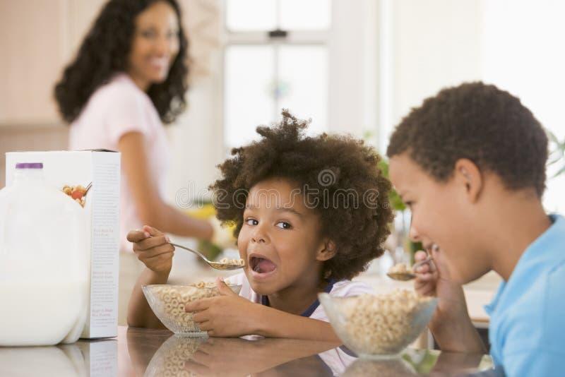 Kinder, die Frühstück essen lizenzfreie stockfotografie