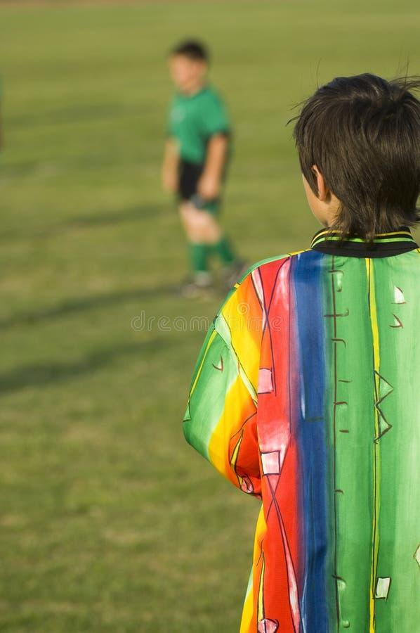 Kinder, die Fußball - Fußball spielen stockbild