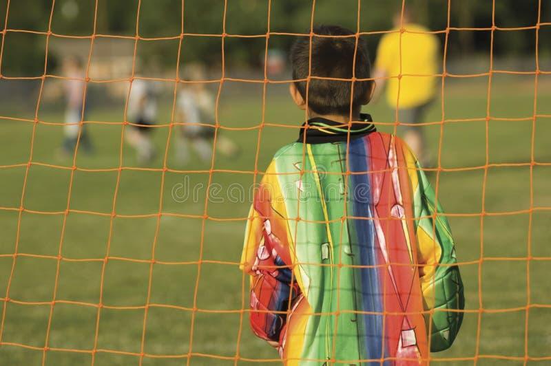 Kinder, die Fußball - Fußball spielen lizenzfreies stockfoto