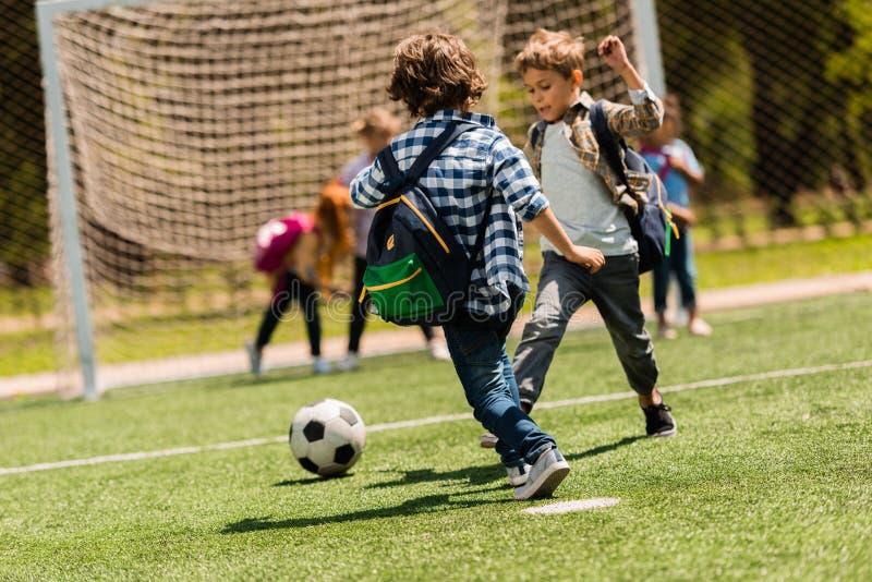 Kinder, die Fußball spielen lizenzfreies stockfoto