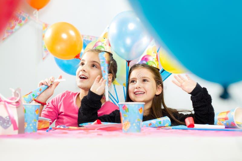 Kinder, die Geburtstagsfeier feiern lizenzfreie stockfotos