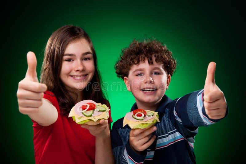 Kinder, die gesunde Sandwiche essen lizenzfreies stockbild