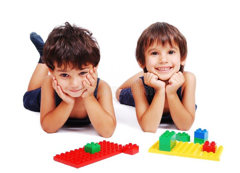 Kinder, die in getrenntem backgrou spielen und erlernen lizenzfreies stockfoto