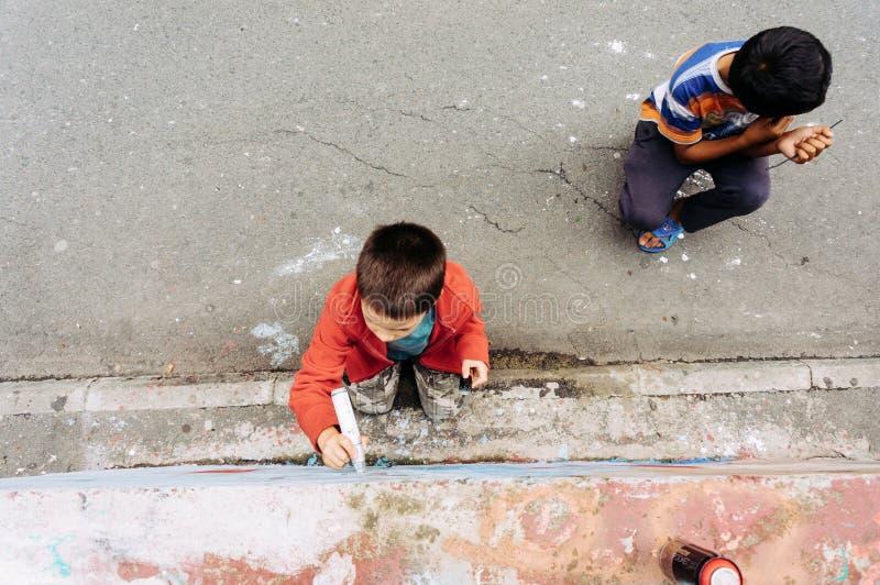 Kinder, die Graffiti zeichnen lizenzfreie stockbilder