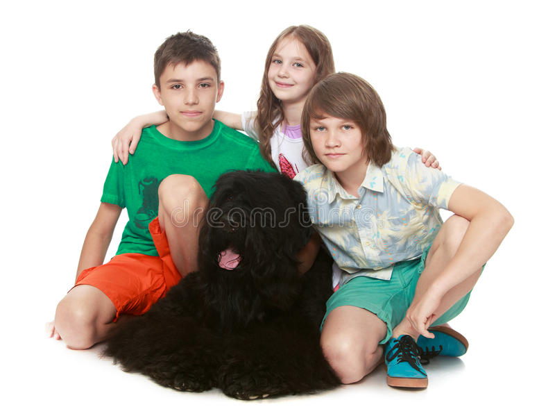 Kinder, die großen Hund umarmen stockfoto
