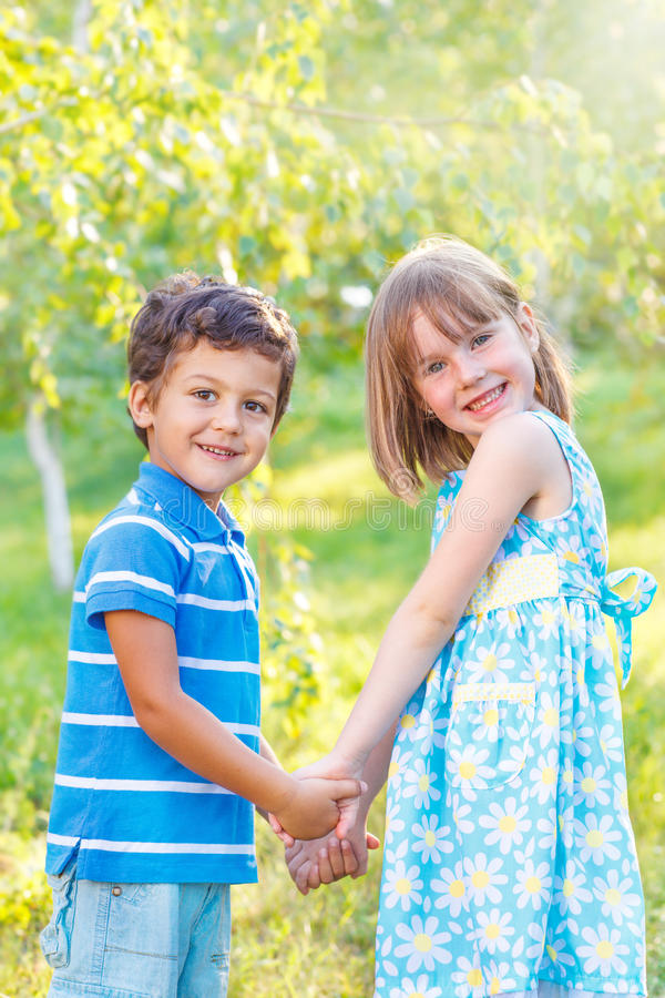 Kinder, die Hände anhalten lizenzfreies stockbild