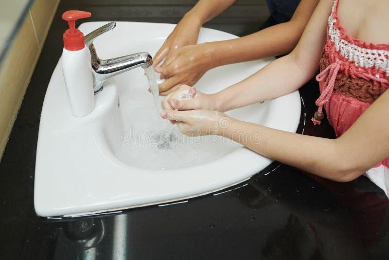 Kinder, die Hände waschen stockfotos