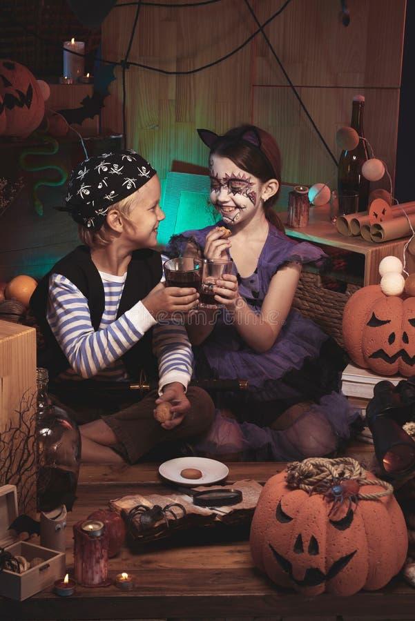 Kinder, die Halloween-Snäcke essen lizenzfreies stockfoto