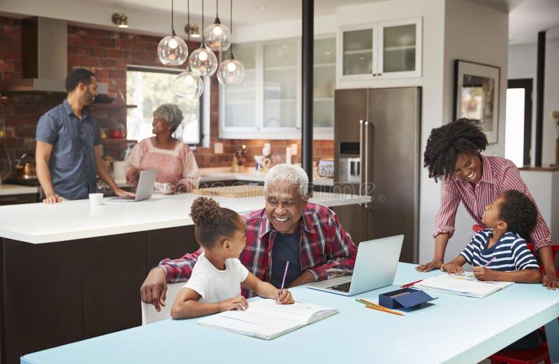 Kinder, die Hausarbeit im beschäftigten multi Generations-Familienhaus tun lizenzfreies stockfoto