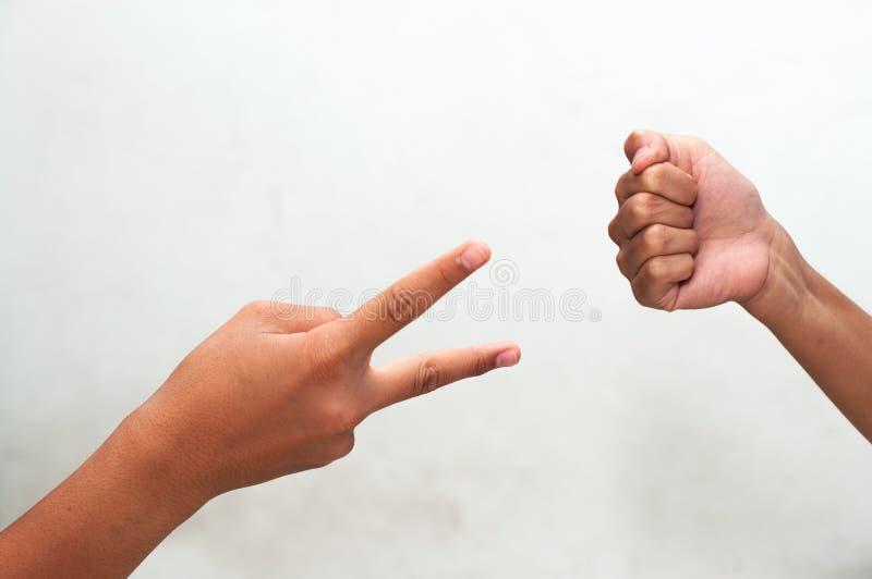 Kinder, die heiter Rock-, Papier- und Scherenspiel spielen stockbild