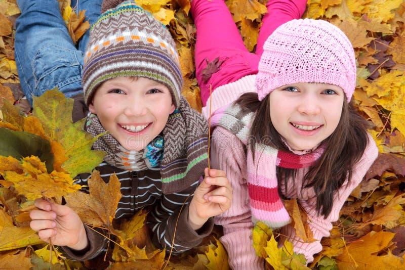 Kinder, die Herbst genießen stockbild